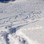 Verschneite Hänge mit frischen Skispuren
