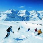 Skigruppe beim Tiefschneefahren