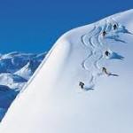 Gruppe von Skifahrern wedelt Piste runter