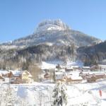 Verschneites Hüttendorf im Skigebiet Loser