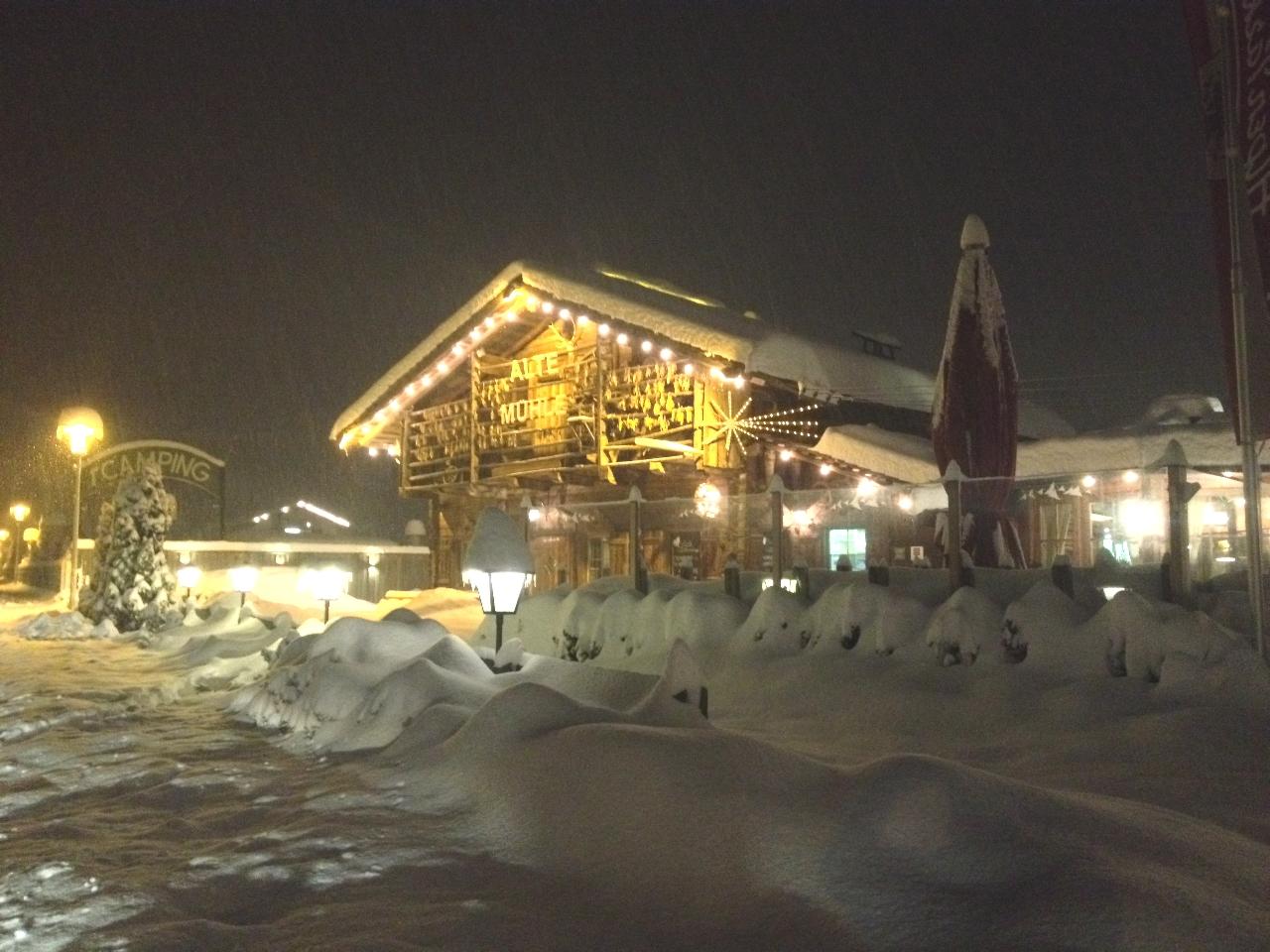 Tiefverschneites Wirtshaus 'Alte Mühle' in Matrei