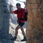 Mann balanciert Kletterseil rüber