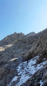 Die Bergtour führt bei kleinen Schneefeldern vorbei, Foto: Sabine Hechenberger