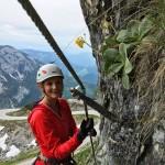 Frau klettert am Klettersteig 'Sophie