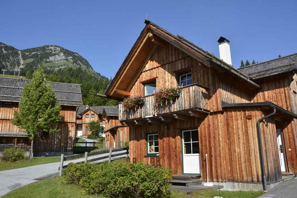 Traditionelle im Ausseer Stil errichtete Lodges; Foto: Markus Schmidt