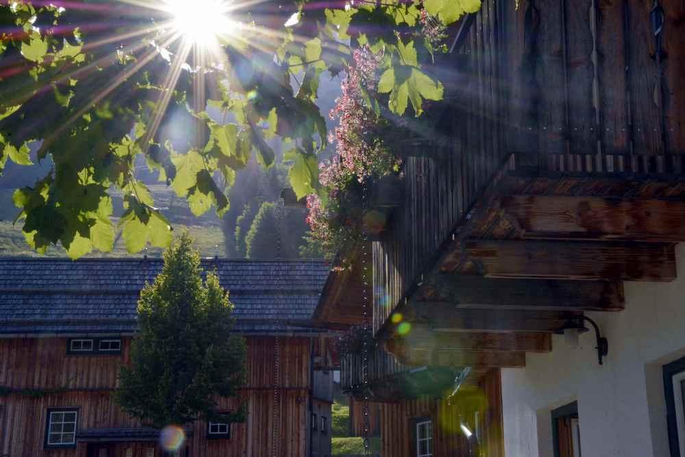 Sonnenschein im Hüttendorf Altaussee; Foto: Markus Schmidt