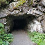 Der Wanderweg führt kurz durch einen Tunnel, Foto: Sabine Hechenberger