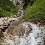 Tosenden Wasserfälle werden überquert, Foto: Sabine Hechenberger