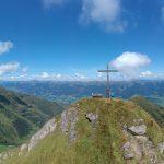Gipfelkreuz Gämskragen und Bergpanorama, Foto: Sabine Hechenberger