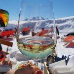 Ein Glas Wein auf der Skihütte in Zell am See, Foto: Sabine Hechenberger