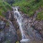 Kleiner Wasserfall neben dem Wanderweg, Foto: Sabine Hechenberger