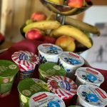 Verschiedene Joghurt und frisches Obst