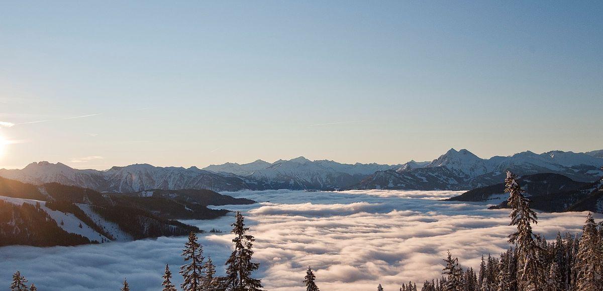 Winterlicher Sonnenuntergang in den Bergen von Maria Alm