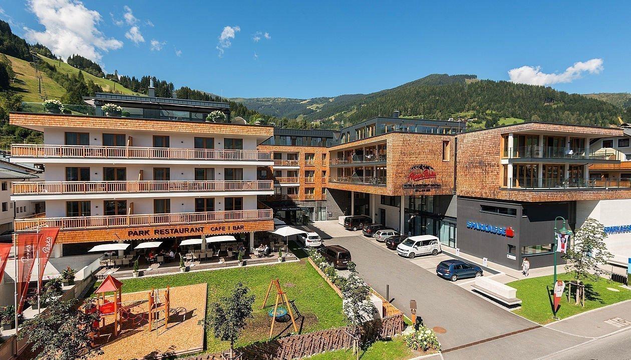 Hotelanlage mit Kinderspielplatz in Zell am See