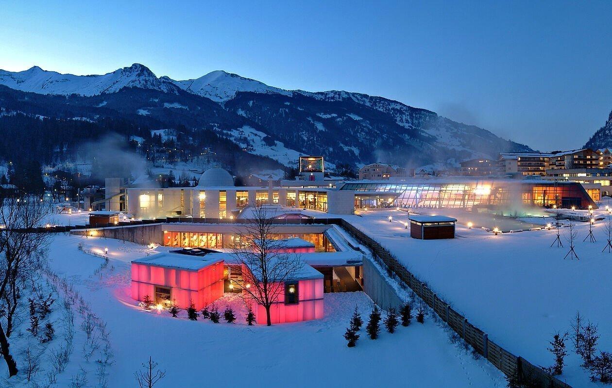 Winter-Außenansicht der Alpentherme Gastein