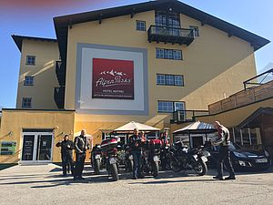 [Translate to English:] Motorradfahrer vor dem Hotel Matrei in Osttirol