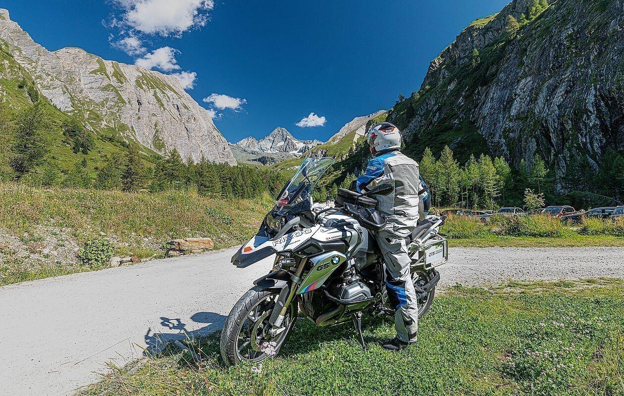 Motorradfahrer pausiert auf seiner Tour