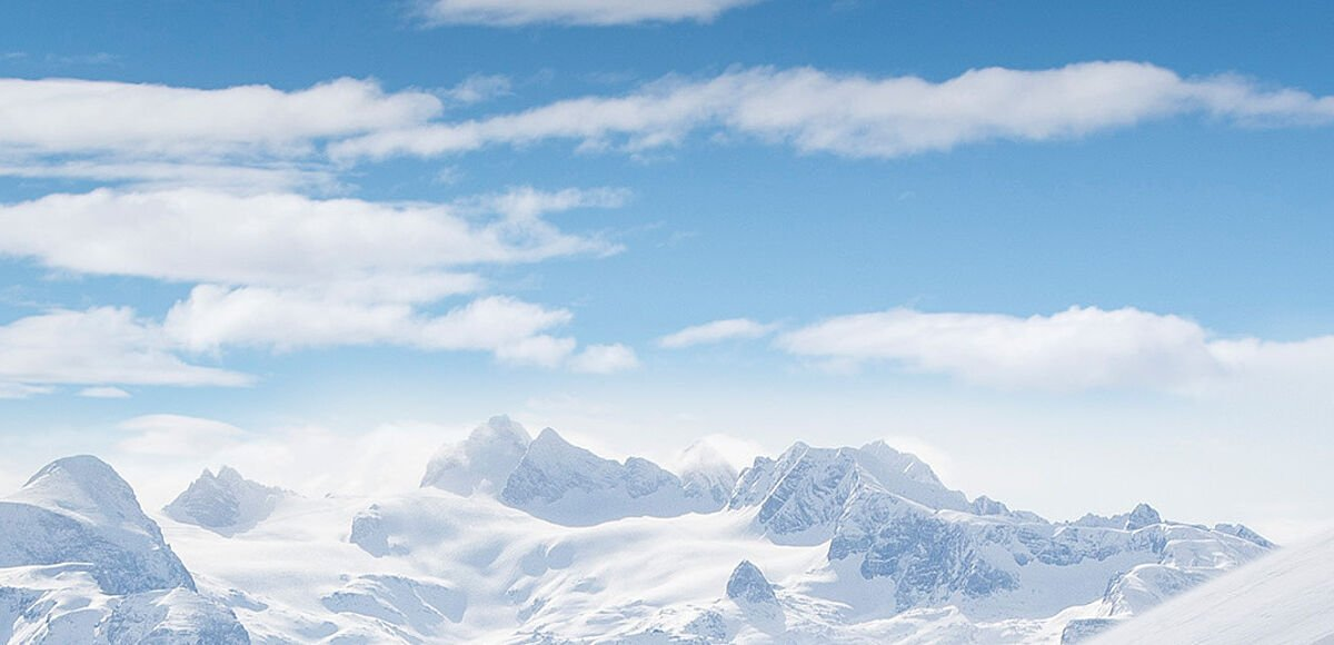 Skifahrer wedeln im Tiefschnee den Hang hinunter