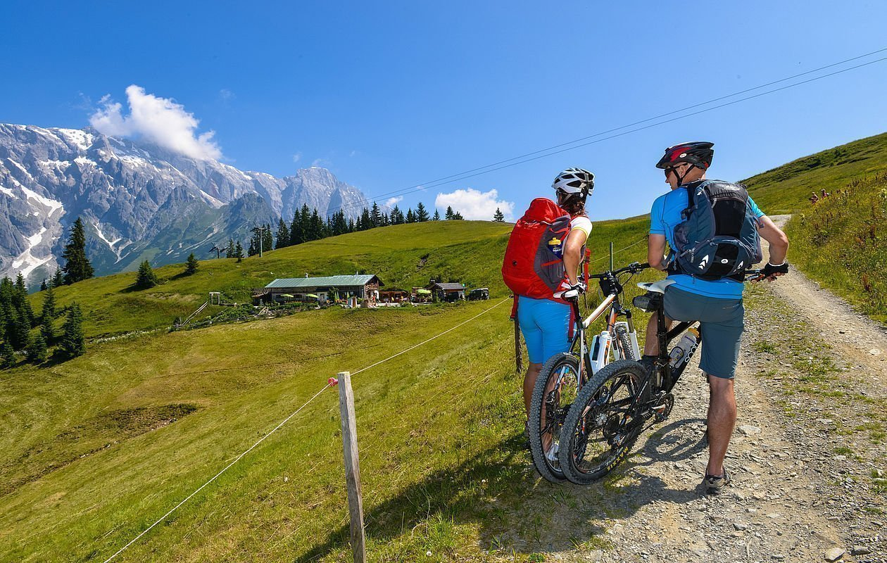Zwei Mountainbiker genießen die Aussicht in den Bergen