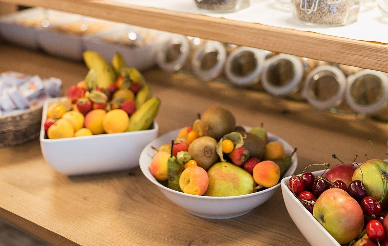 Drei Schalen gefüllt mit buntem Obst und Müslimischungen