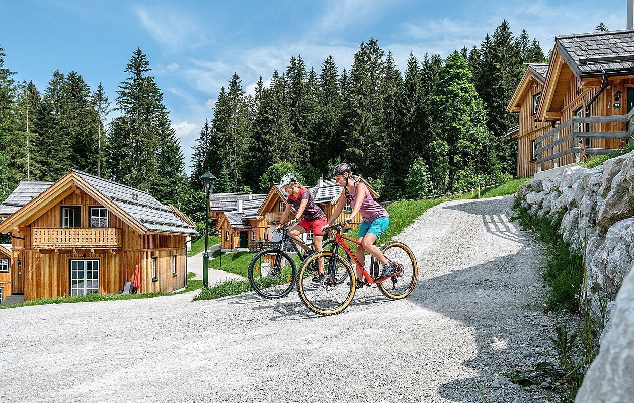 Mountainbiker im Hüttendorf der Hagan Lodge