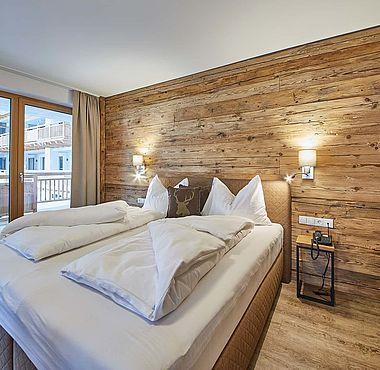 Modern eingerichtetes Schlafzimmer mit Kleiderschrank