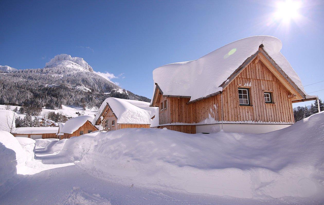 Schneebedeckte Ferienhäuser mit Blick auf den Berg Loser