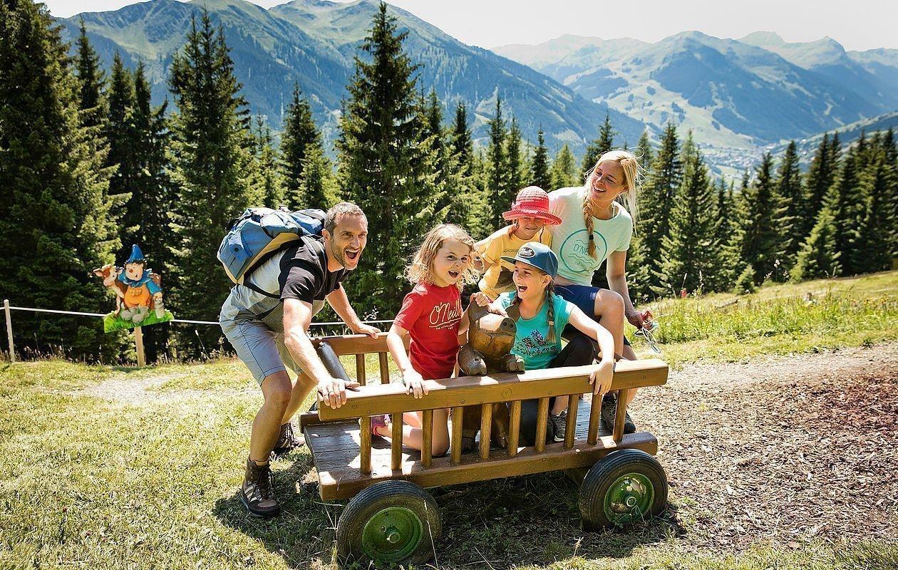 Familie hat Spaß am Erlebnisweg in Saalbach