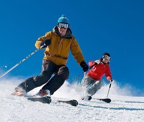 Zwei Skifahrer schwingen die präparierte Piste in Altaussee runter