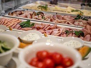 Wurst, Käse, Obst und vieles mehr beim Frühstücksbuffet