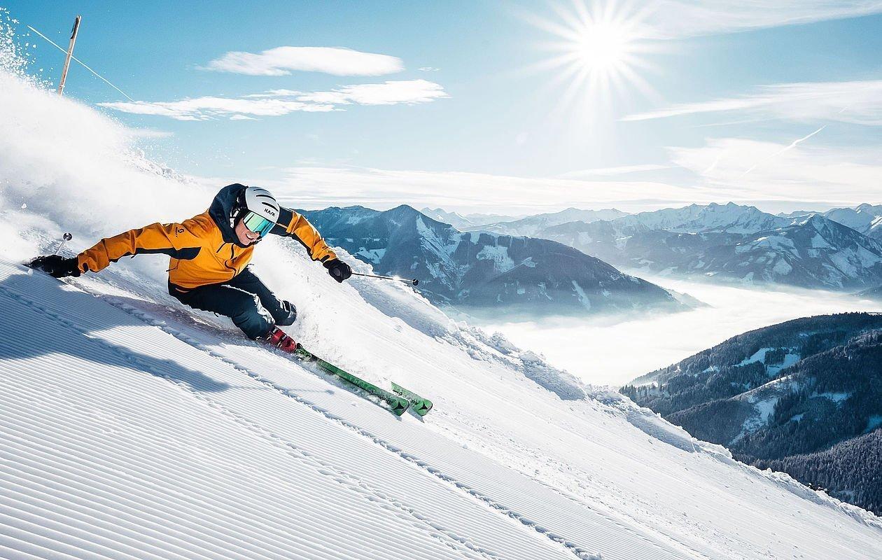 Skifahrer carvt die präparierte Piste runter