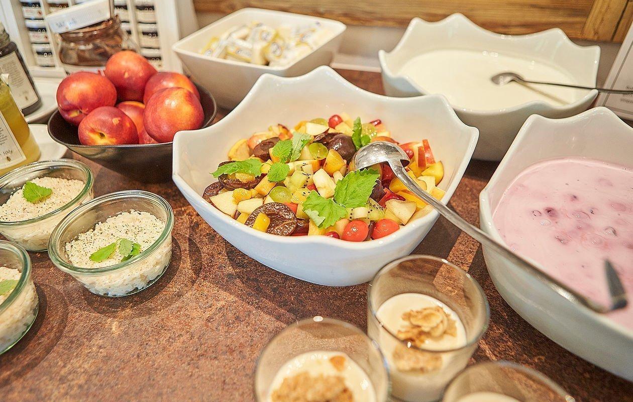 Obstsalat, Haferbrei und Grießbrei beim Frühstücksbuffet