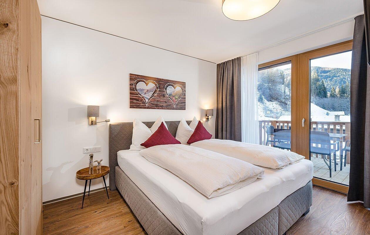 Helle, schöne Schlafzimmer mit Doppelbett und Kleiderschrank