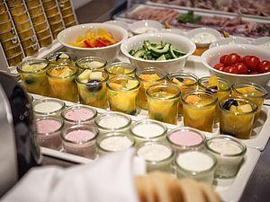 Frisches Obst, Gemüse und diverse Joghurt erwarten Sie beim Frühstück im Hotel Orgler