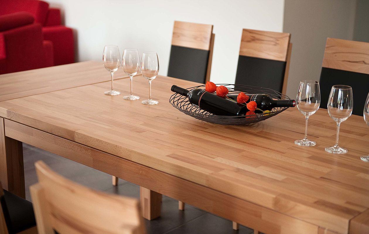 Großer Holz-Esstisch mit Weingläsern