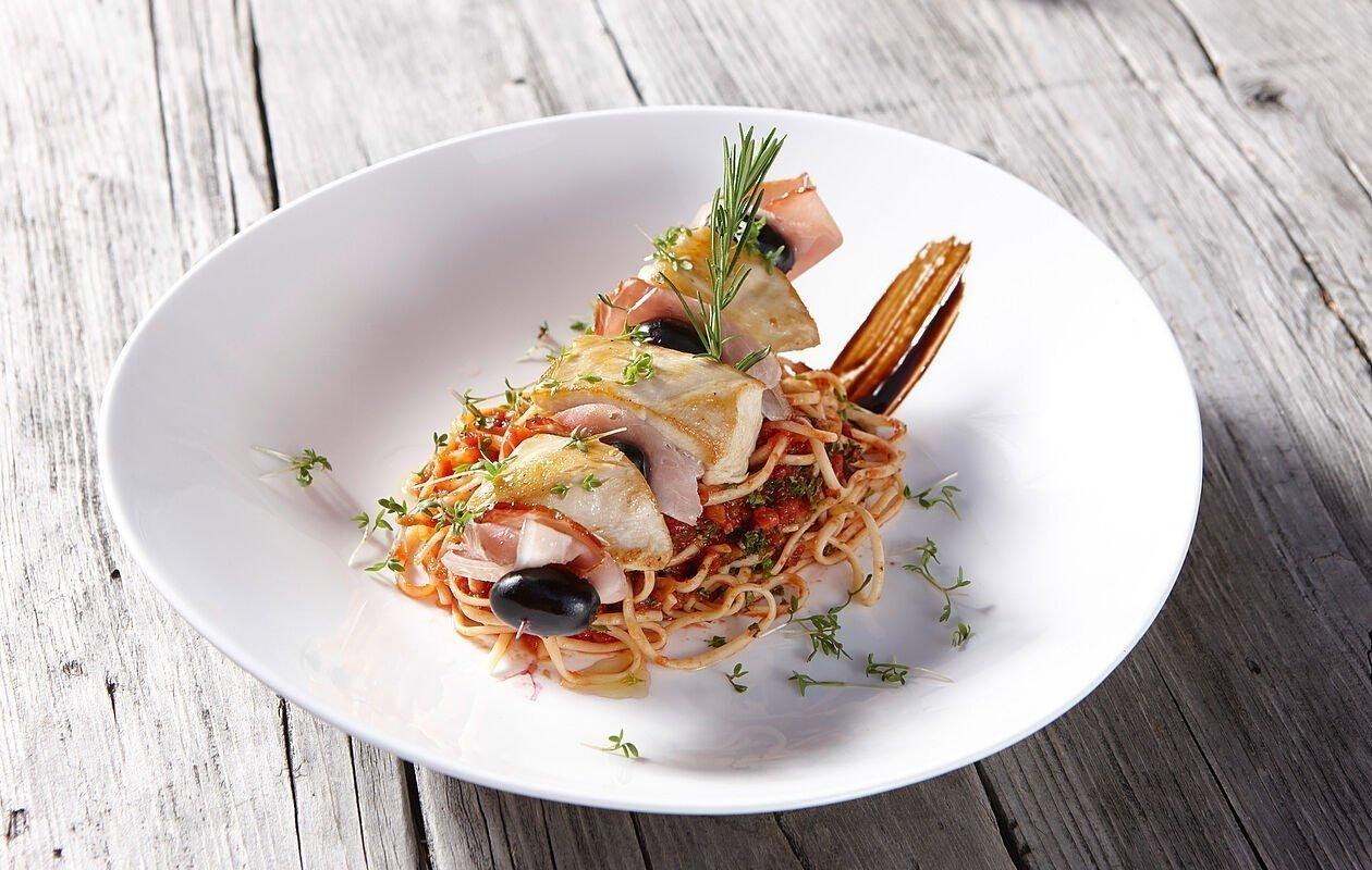 Köstlicher Hühnchen-Spieß mit Spaghetti und Tomatensauce