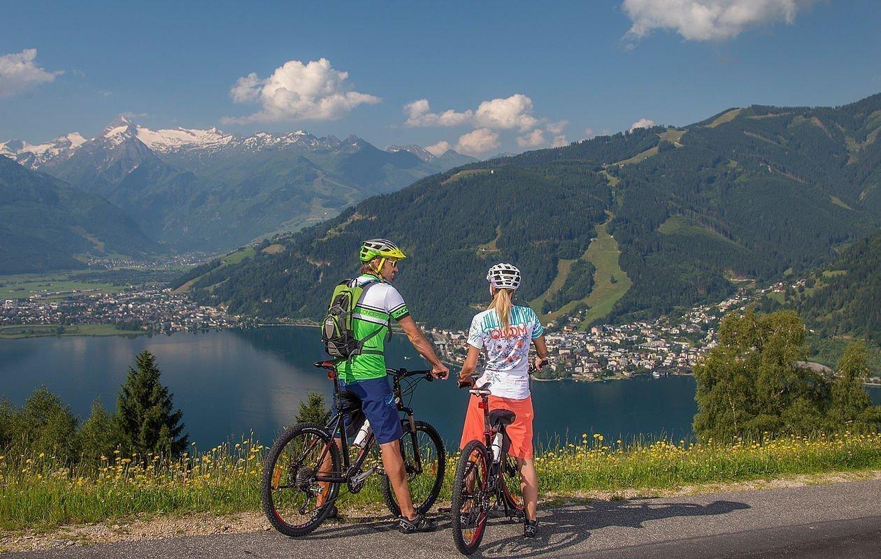 Radfahrer genießen die Aussicht auf Gletscher, Berg und See
