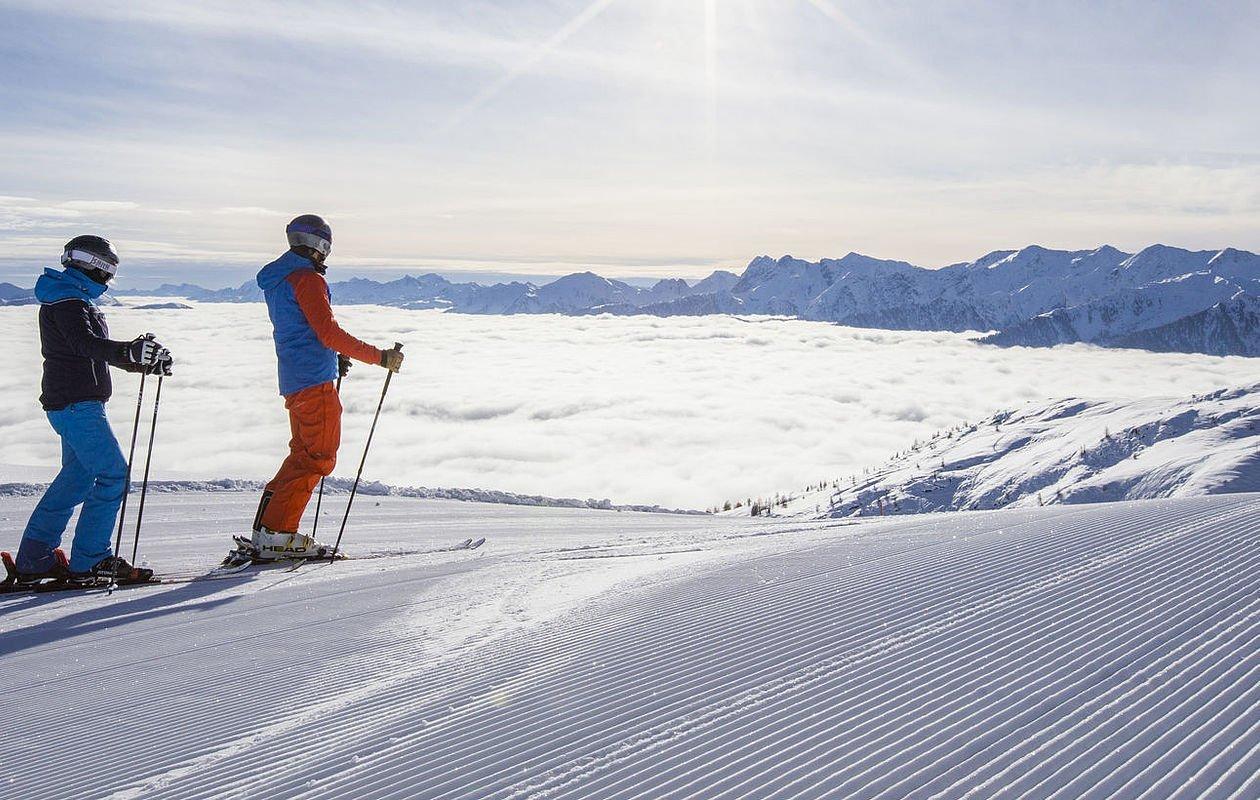 Zwei Skifahrer genießen präparierte Pisten in Osttirol