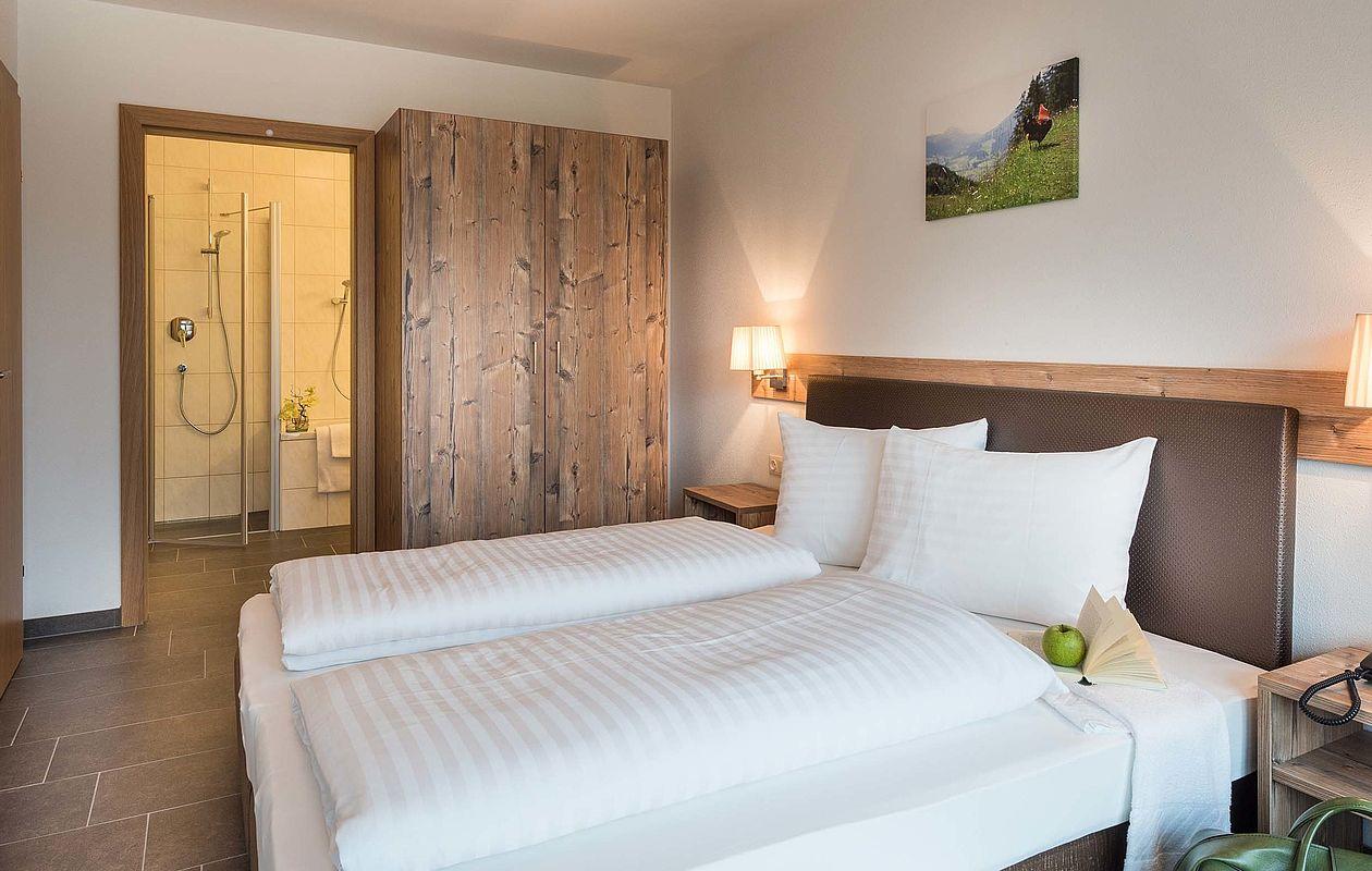 Doppelbett mit Nachtkästchen und großem Kleiderschrank