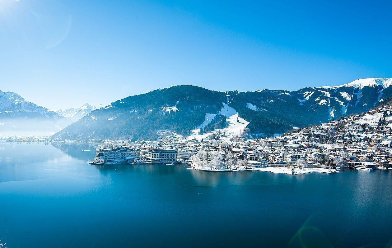 Luftaufnahme vom glasklaren Zeller See im Winter