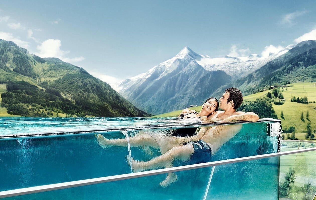 Pärchen genießt Ausblick beim Skyline Pool der Tauern SPA