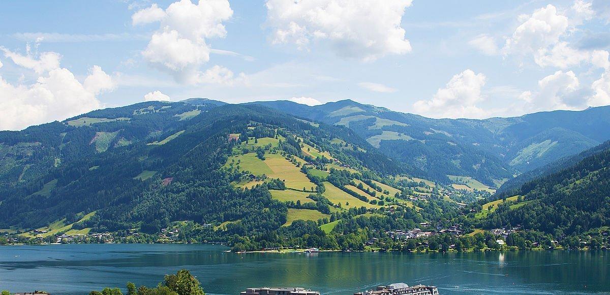 Blick über die Stadt Zell am See und den grünen Zeller See