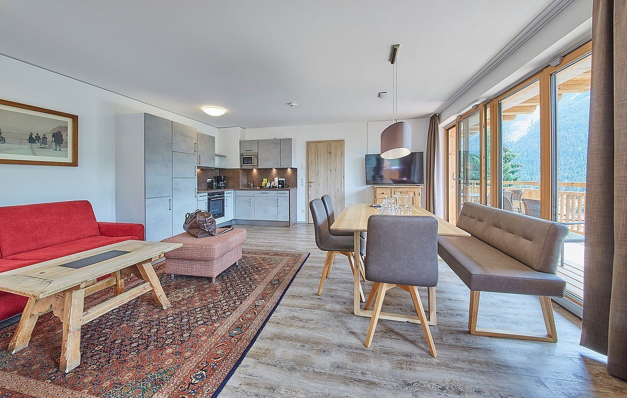 Hell eingerichtetes Apartment mit modernen Möbeln