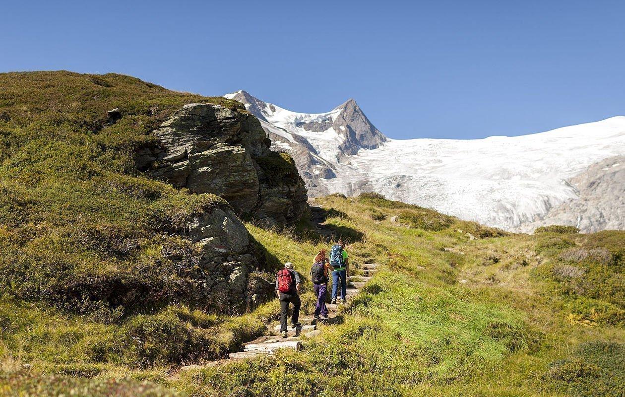 Gruppe wandern zum Salzbodensee rauf