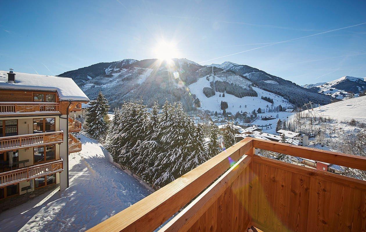 Winterlicher Ausblick vom Balkon auf Saalbach