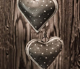 Herz-Anhänger auf einer Holzwand