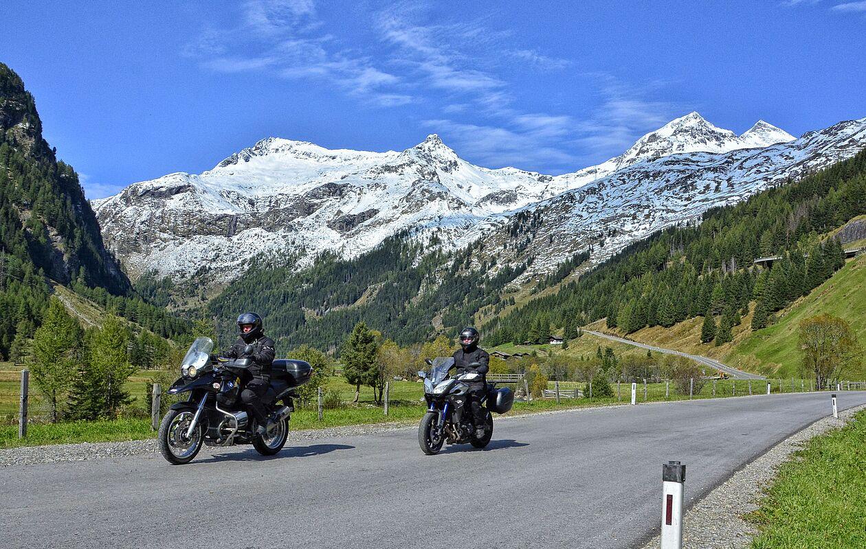 Zwei Motorradfahrer auf der Felbertauernstraße in Osttirol