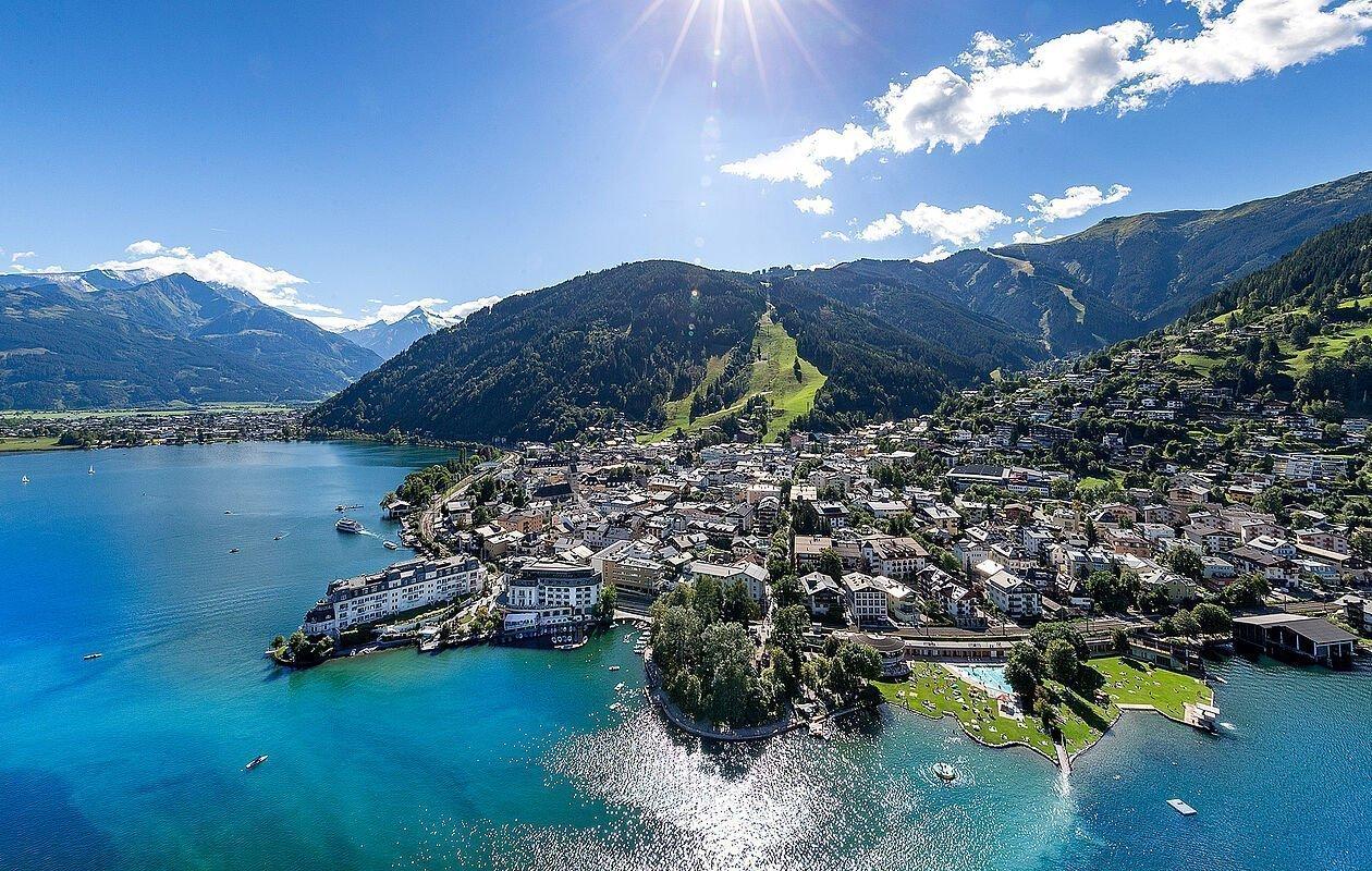 Stadtzentrum von Zell am See und der Zeller See aus Vogelperspektive