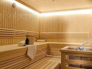 Neue Sauna mit Aufgusskübel und Handtüchern