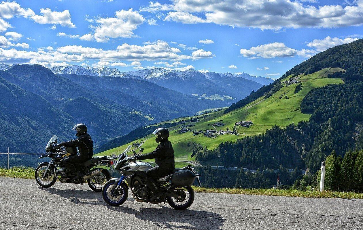 Motorradfahrer genießen umliegenden Bergblick in Osttirol